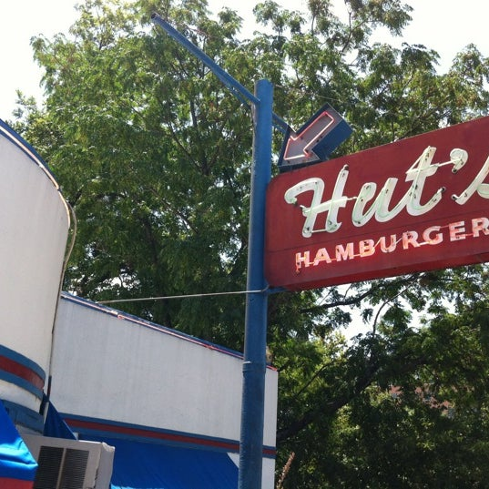 Foto tirada no(a) Hut's Hamburgers por Frank  V. em 8/14/2011