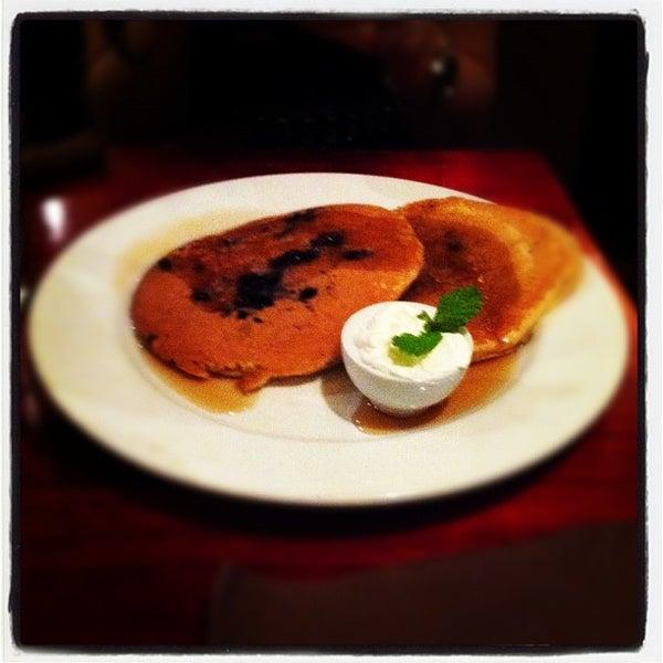 Foto scattata a Milk Bar & Bistro da Sach il 11/13/2011
