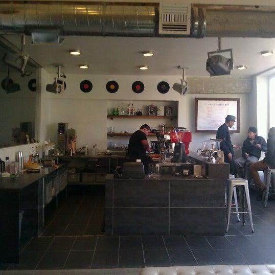 Das Foto wurde bei Elite Audio Coffee Bar von Holden am 1/26/2012 aufgenommen