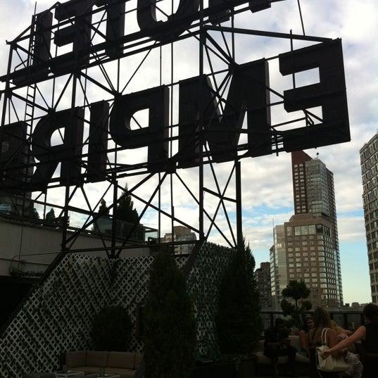 Снимок сделан в The Empire Hotel Rooftop пользователем Bernie M. 7/21/2012
