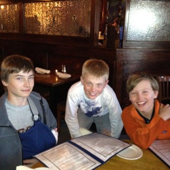 Foto tomada en Southridge Seafood Grill por Belinda T. el 3/30/2012