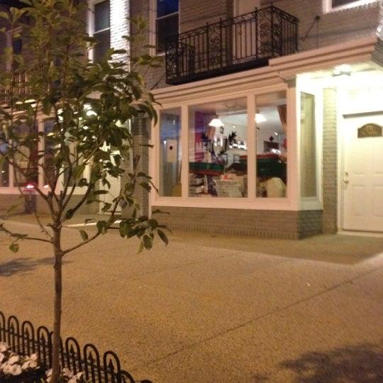 Foto scattata a Menomalé Pizza Napoletana da Gwynne K. il 5/5/2012