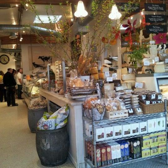 Photo prise au Joan's on Third par Samim S. le4/22/2012