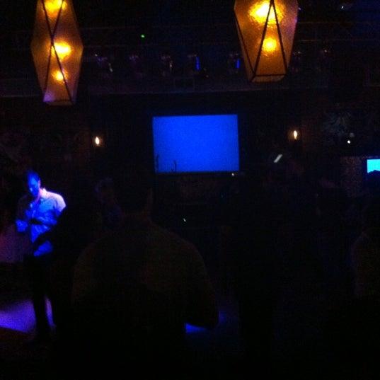 รูปภาพถ่ายที่ The Stage โดย Guissel V. เมื่อ 5/13/2012