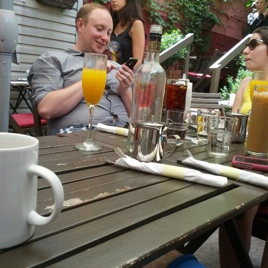 Foto tomada en OAK Restaurant & Wine Bar por Andrew H. el 6/24/2012