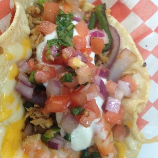 Снимок сделан в Seven Lives - Tacos y Mariscos пользователем Natalie T. 9/1/2012