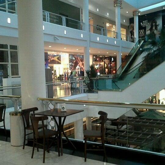 Foto tirada no(a) Shopping Crystal por Gabriella C. em 4/26/2012