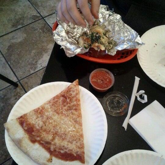 Foto scattata a La Rocco's Pizzeria da Miranda E. il 9/2/2011