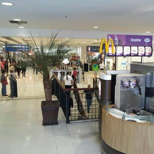 รูปภาพถ่ายที่ Shopping Metrô Santa Cruz โดย Rosália Guimarães S. เมื่อ 6/24/2012
