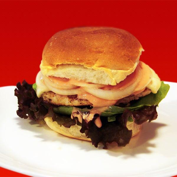 Sanduiche Chicken Supreme - chicken burger, queijo branco, alfase lisa e roxa, tomate, cebola crua e molho rosé