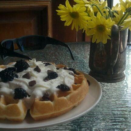 Das Foto wurde bei Waffle Era Tea Room von José V. am 6/18/2011 aufgenommen