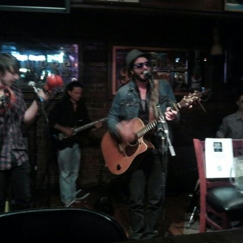 Foto tomada en Suburban Tap  por The Joy Writer J. el 4/14/2012