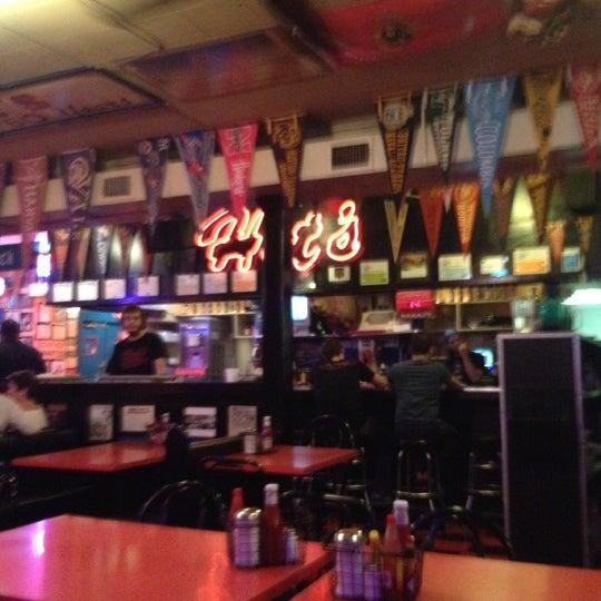 Foto tirada no(a) Hut's Hamburgers por Donna Brown @. em 6/11/2012