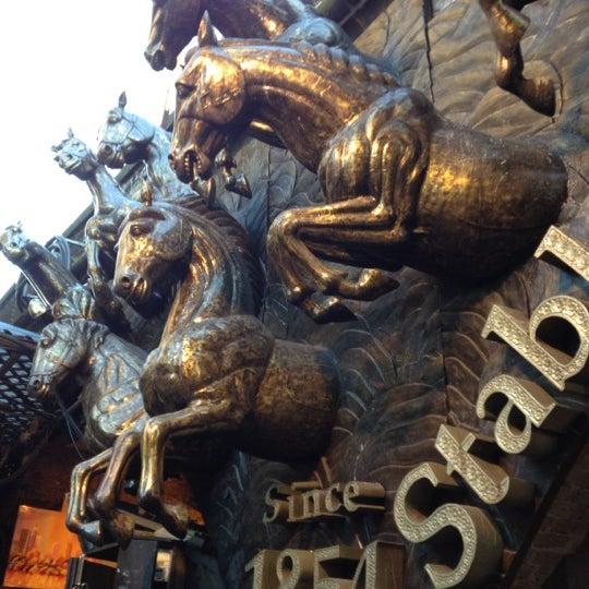 Foto tirada no(a) Camden Stables Market por Francisco S. em 8/18/2012