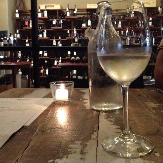 Foto tomada en Maslow 6 Wine Bar and Shop por Kristen el 8/17/2012