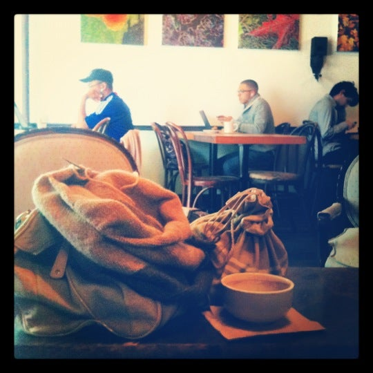 Das Foto wurde bei Lenox Coffee von Tiffany K. am 4/18/2012 aufgenommen