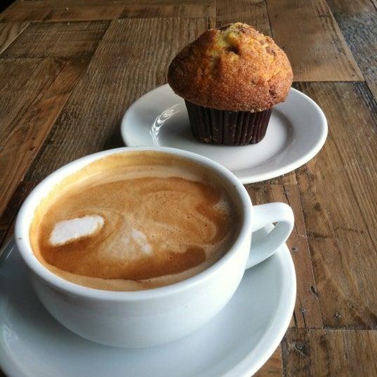 Das Foto wurde bei Lenox Coffee von Toby P. am 2/17/2012 aufgenommen