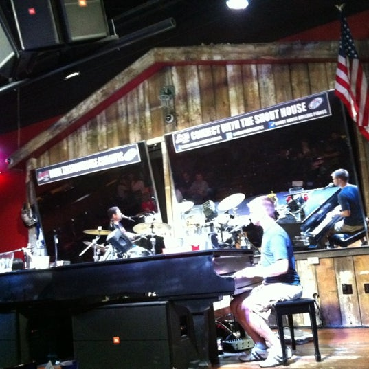 Das Foto wurde bei Shout House Dueling Pianos von Jill B. am 5/3/2012 aufgenommen