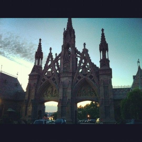 Foto tomada en Green-Wood Cemetery por Lauren T. el 6/3/2012