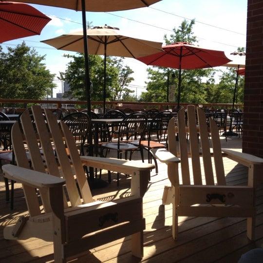 รูปภาพถ่ายที่ Tyler's Restaurant & Taproom โดย Philip H. เมื่อ 4/16/2012