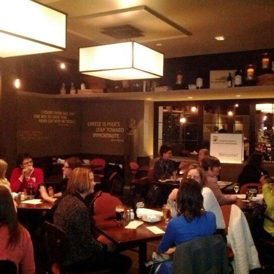 3/26/2012 tarihinde Lindsey H.ziyaretçi tarafından Urban Eatery'de çekilen fotoğraf