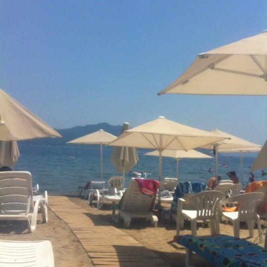 รูปภาพถ่ายที่ Vamos Beach โดย Erce S. เมื่อ 7/14/2012