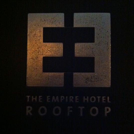 Снимок сделан в The Empire Hotel Rooftop пользователем Alena N. 8/30/2012