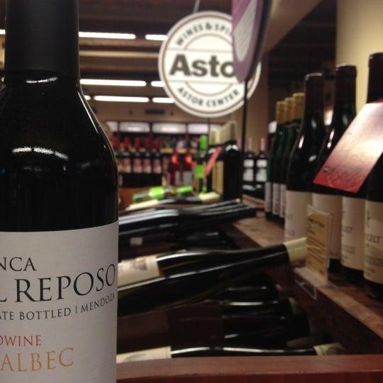 Foto tirada no(a) Astor Wines & Spirits por Rochelle M. em 6/16/2012
