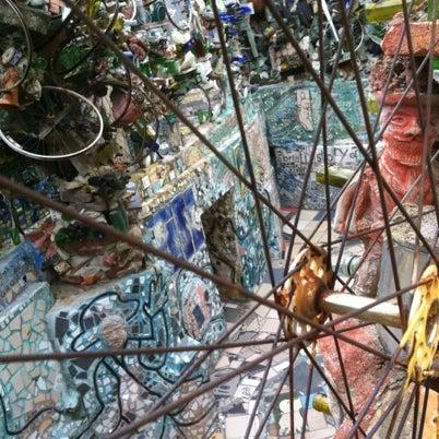 Foto scattata a Philadelphia's Magic Gardens da Lucy R. il 8/4/2012