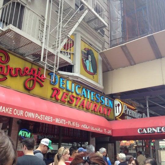 Foto tomada en Carnegie Deli por Janelle H. el 7/21/2012