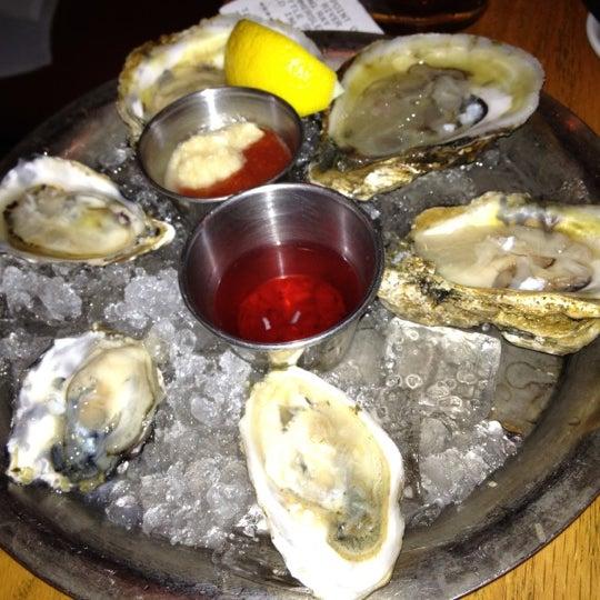 Foto scattata a Hank's Oyster Bar da Iris N. il 8/7/2012