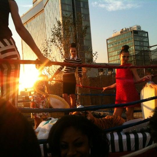 Das Foto wurde bei STK Rooftop von Nicki H. am 9/6/2012 aufgenommen