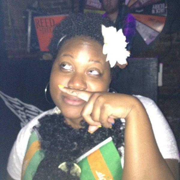 5/6/2012 tarihinde Kristin P.ziyaretçi tarafından Raven Lounge'de çekilen fotoğraf