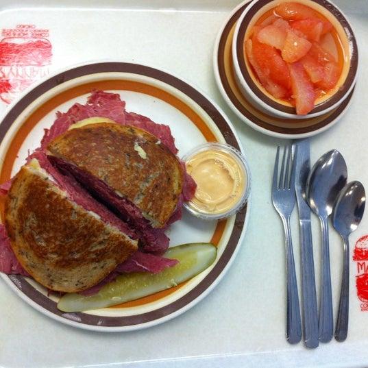 Foto diambil di Manny's Cafeteria & Delicatessen oleh Amy G. pada 7/17/2012