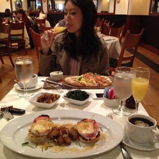 Das Foto wurde bei Beacon Restaurant & Bar von Raymond L. am 4/1/2012 aufgenommen