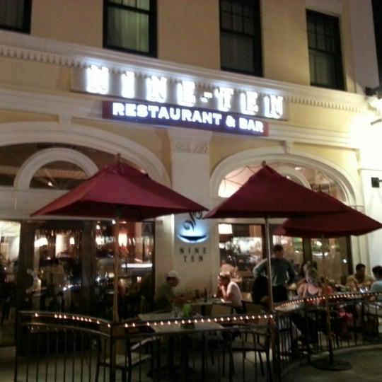 Foto tirada no(a) Nine-Ten Restaurant and Bar por Leon C. em 9/3/2012