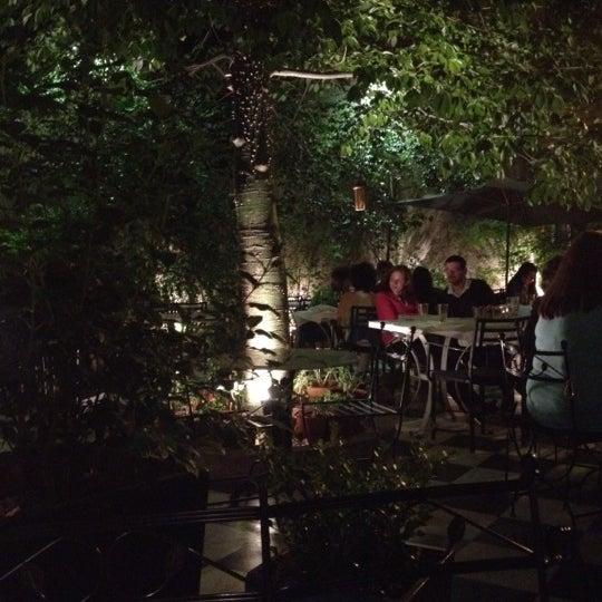 El patio es divino! Probar la ensalada de endivias queso de cabra tomates secos, el risotto de trufas, y la parrillada de mariscos!