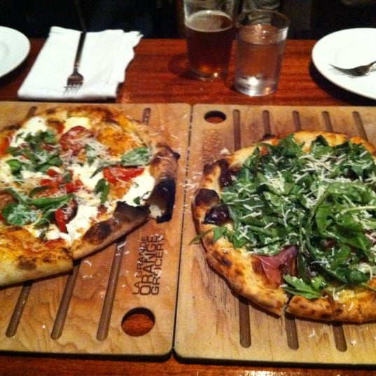 2/27/2012 tarihinde Bernie C.ziyaretçi tarafından The Luggage Room Pizzeria'de çekilen fotoğraf