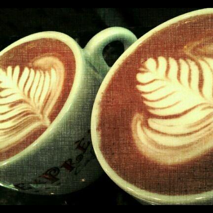 รูปภาพถ่ายที่ Exprèx Caffè โดย Roberto T. เมื่อ 5/23/2012