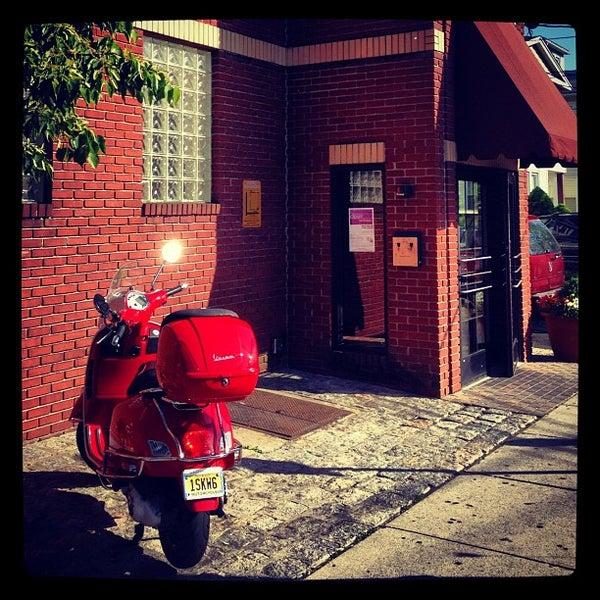 รูปภาพถ่ายที่ Star Tavern Pizzeria โดย George K. เมื่อ 5/6/2012
