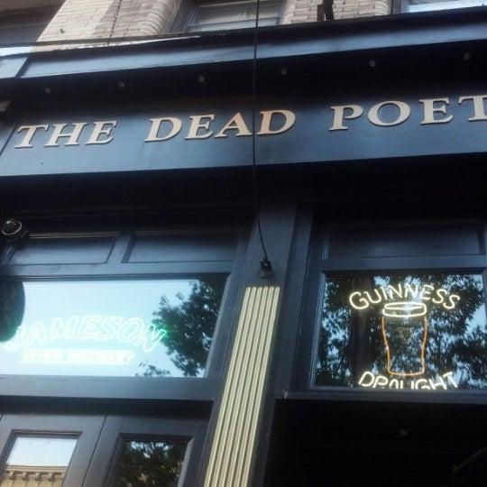 Foto scattata a The Dead Poet da Katie Sue N. il 9/2/2012