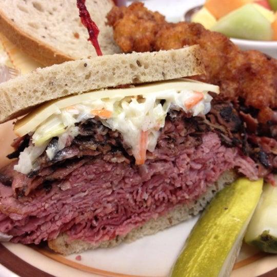 Foto diambil di Manny's Cafeteria & Delicatessen oleh Patrick L. pada 8/11/2012