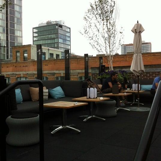 Das Foto wurde bei STK Rooftop von Stephanie C. am 6/17/2012 aufgenommen