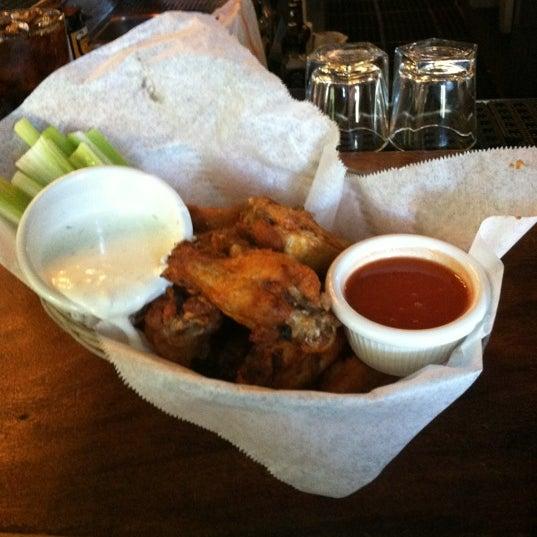 5/22/2012 tarihinde Angelo C.ziyaretçi tarafından Four Farthings Tavern & Grill'de çekilen fotoğraf