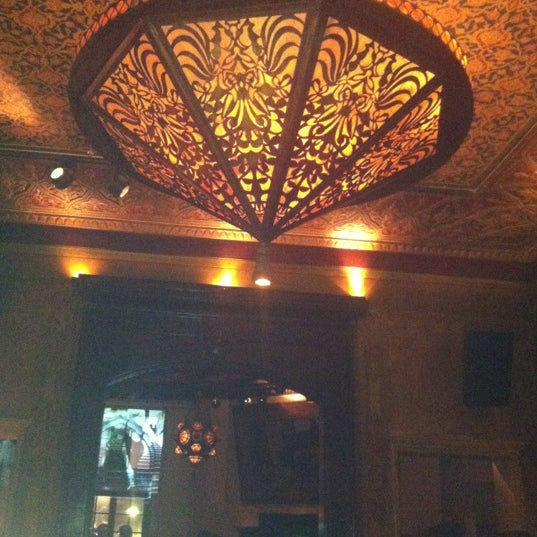 รูปภาพถ่ายที่ Zihni Bar โดย Serra Y. เมื่อ 4/28/2012