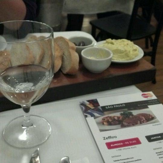 Foto tirada no(a) Zeffiro Restaurante por Ricardo S. em 3/9/2012