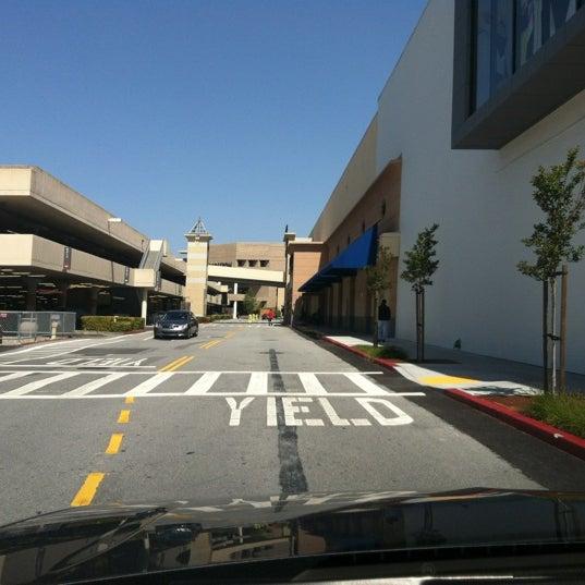 Foto tomada en Hillsdale Shopping Center por Alice L. el 5/4/2012
