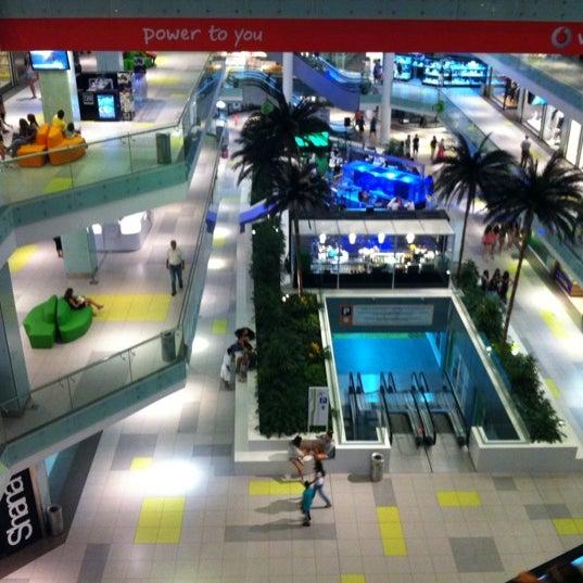 รูปภาพถ่ายที่ Athens Metro Mall โดย Manolis A. เมื่อ 9/8/2012