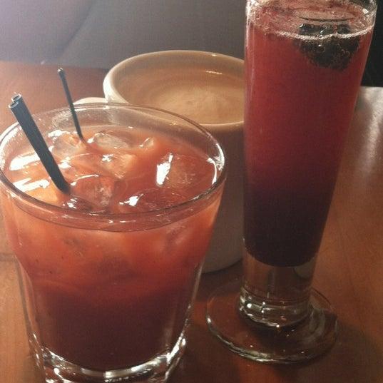 6/16/2012 tarihinde Diana B.ziyaretçi tarafından Plums Cafe and Catering'de çekilen fotoğraf