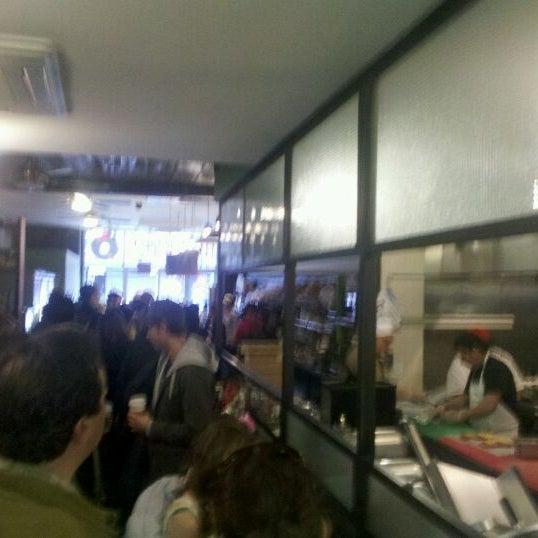 2/25/2012 tarihinde Max S.ziyaretçi tarafından Tompkins Square Bagels'de çekilen fotoğraf